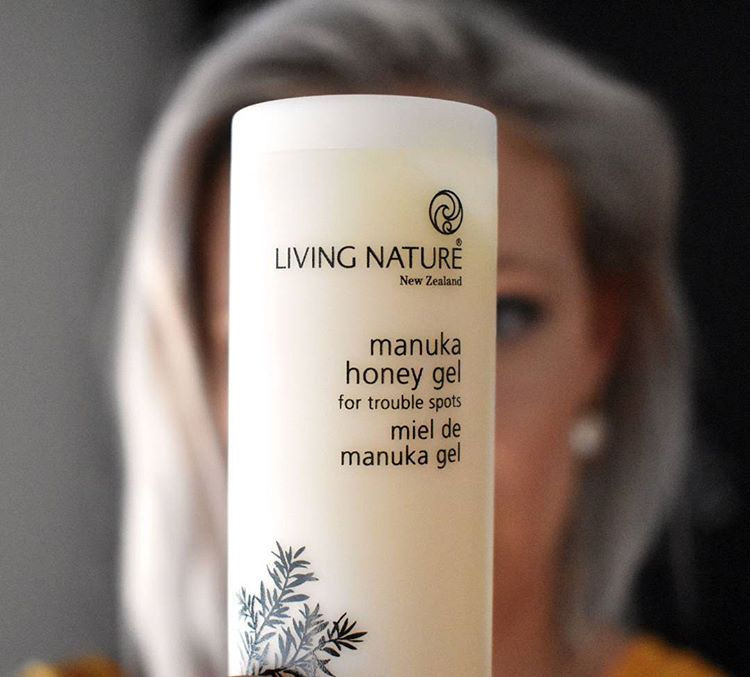 Cách dùng gel trị mụn mật ong Living Nature Manuka Honey Gel 50ml